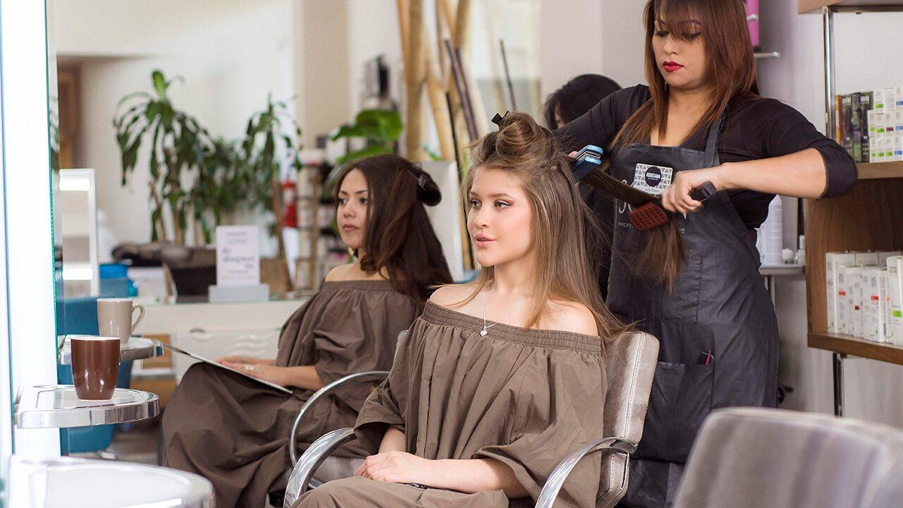 Estilista-alisando-cabello
